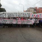 """Taranto, ambientalisti in marcia contro l'inquinamento. """"Il tempo è scaduto!"""""""